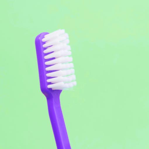 cepillo dental morado