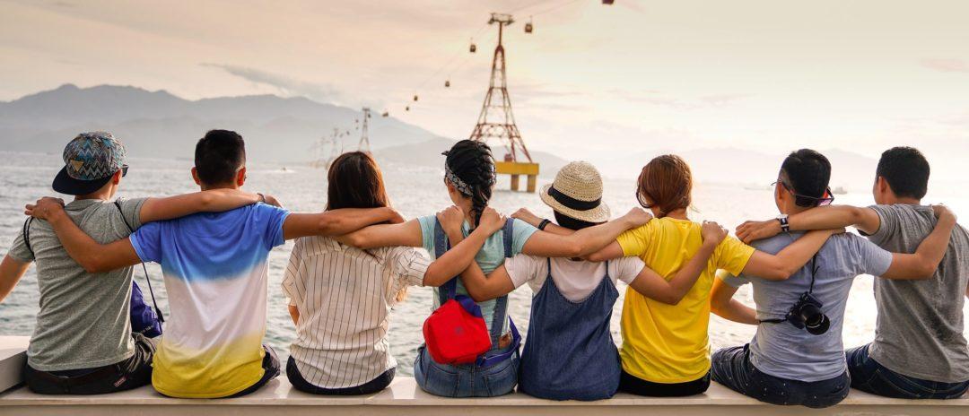 amigos viendo la marea del mar en la playa