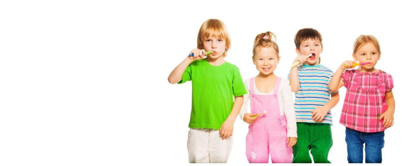 niños realizando su higiene oral
