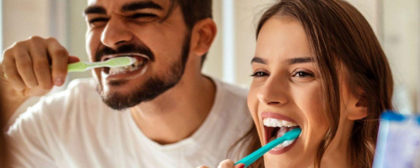 usuarios satisfechos realizando un cepillado bucal