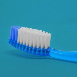 Detalle de la cabeza de cepillo dental color azul traslucido
