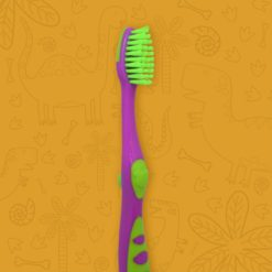 Detalle del mango de cepillo dental infantil color purpura