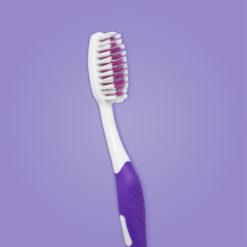 detalle de cepillo de ortodoncia para adultos mango color purpura
